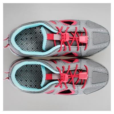 عکس کفش ورزشی خاکستری رنگ با بند های صورتی