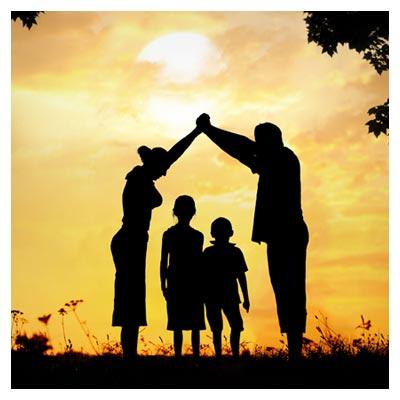 عکس نمادین حمایت والدین از دو فرزند کوچک در نمای زرد