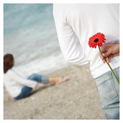 دانلود عکس رمانتیک زن و شوهر و گل پنهان شده در پشت مرد با فرمت jpg