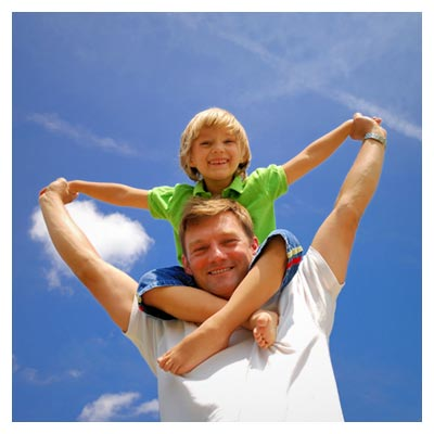 دانلود عکس شاتراستوک پدر و کودک بر روی شانه هایش در حالت خوشحال و شاد