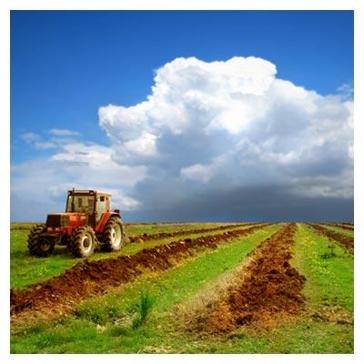 دانلود رایگان عکس شخم زنی خاک کشاورزری با استفاده از ماشین