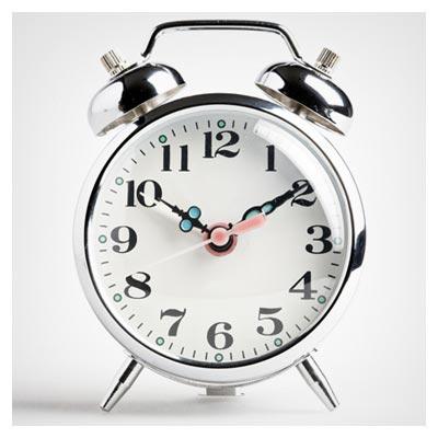 دانلود عکس ساعت نقره ای رومیزی زنگ دار با اعداد درشت