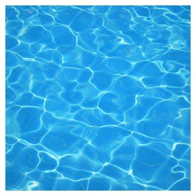 دانلود تصویر شاتراستوک منعکس شدن اشعه نور از روی سطح آب زلال و شفاف