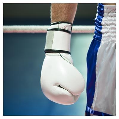 دانلود تصویر رایگان دستکش بوکس در دست بوکس باز کنار شورت ورزشی سفید