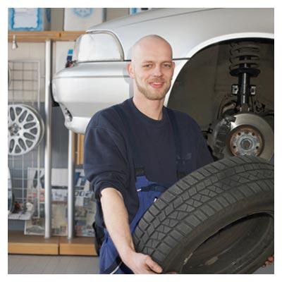 دانلود عکس عوض کردن لاستیک خودرو در تعمیرگاه توسط مرد تعمیرکار