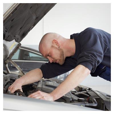 دانلود عکس با کیفیت تعمیر کردن خودرو توسط مرد تعمیرکار