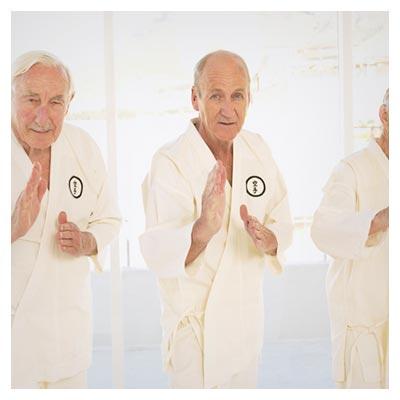 دانلود تصویر شاتراستوک تمرین کاراته توسط سه پیرمرد