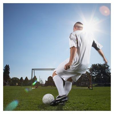 دانلود تصویر لحظه آمادگی فوتبالیست برای شوت توپ کردن سمت دروازه