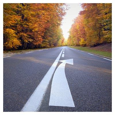 دانلود عکس یک خیابان با فلش سفید راهنمای جهت یابی برای خودرو