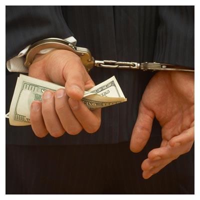 دانلود تصویر رایگان مبلغی پول در دستان بسته شده ی یک مرد توسط پلیس