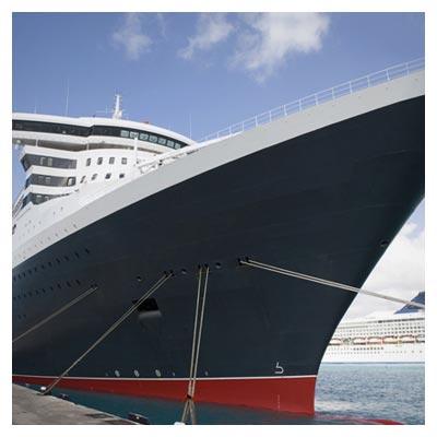دانلود تصویر رایگان نمای پایین کشتی بسیار بزرگ در کنار ساحل دریا