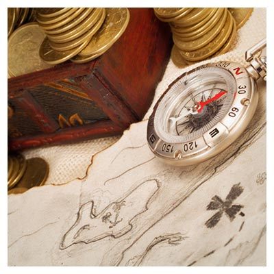 دانلود تصویر قطب نمای کوچک در کنار تعداد زیادی سکه ی طلای قدیمی