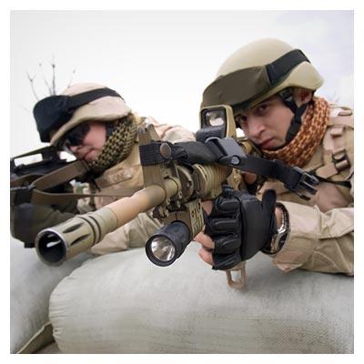 دانلود تصویر شلیک کردن دو سرباز جنگی با تفنگ بزرگ از پشت سنگر