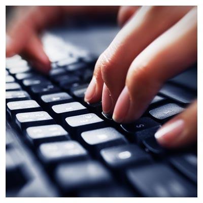 دانلود رایگان تایپ کردن فرد با استفاده از یک کیبورد مشکی رنگ به صورت jpg