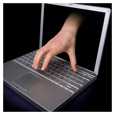 دانلود رایگان تصویر یک لپتاپ با دست بیرون زده از مانیتور برای تایپ کیبوردش