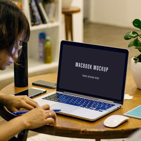 دانلود فایل psd لایه باز موکاپ لپ تاپ مک بوک روی میز